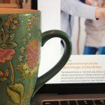 Kahvikuppi ja tietokone