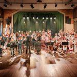 Kansanmusiikkiorkesteri lavalla